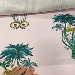 Pièce maîtresse dans une maison…. 🤩Tissus de chez casal collection Amazon🐲🌵. Ce dessin nous emmène dans un monde magique où les plantes se muent en plumes de paon, et les fleurs cotoient des têtes de félins sauvages. D'étranges perroquets complètent ce dessin exotique et extravagant. Amazon est un velours extravagant conçu par Emma J Shipley pour Clarke and Clarke.